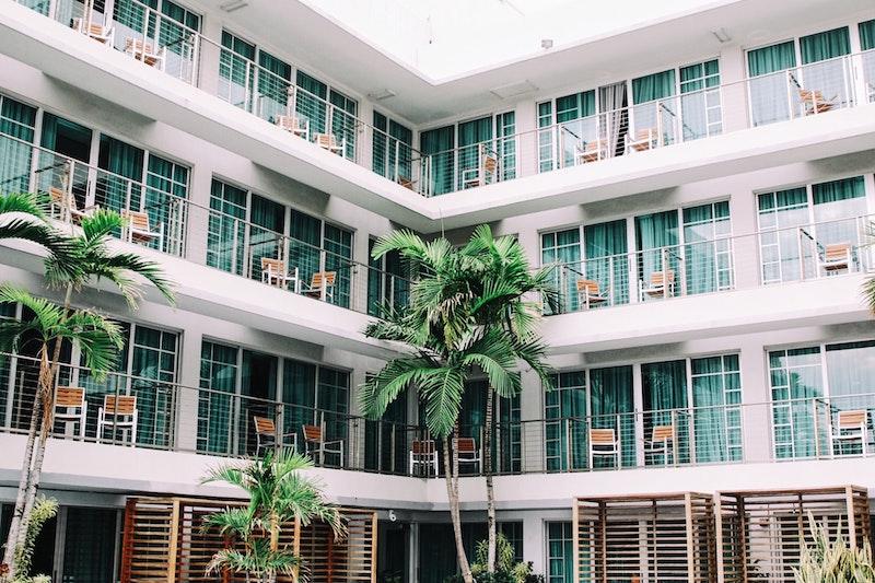 μπαλκόνια ξενοδοχείου με καρέκλες